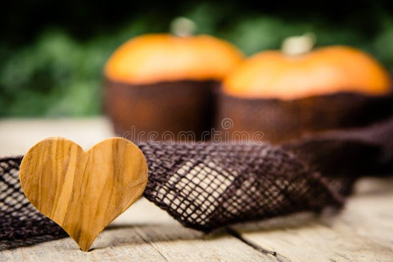 Pompoenen met jute op houten lijst stock afbeeldingen