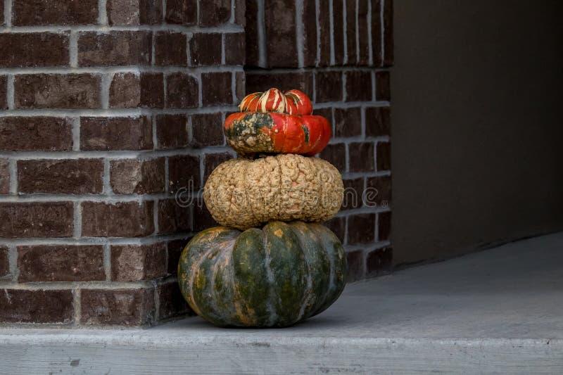 Pompoenen op een portiek voor Halloween worden gestapeld dat stock fotografie