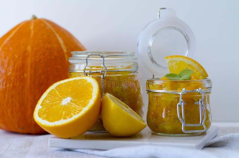 Pompoenjam of confiture met sinaasappel en citroen stock afbeelding