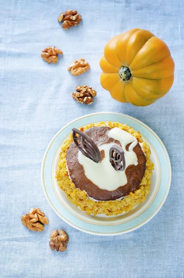 Pompoenkaastaart met chocolade en okkernoten stock foto