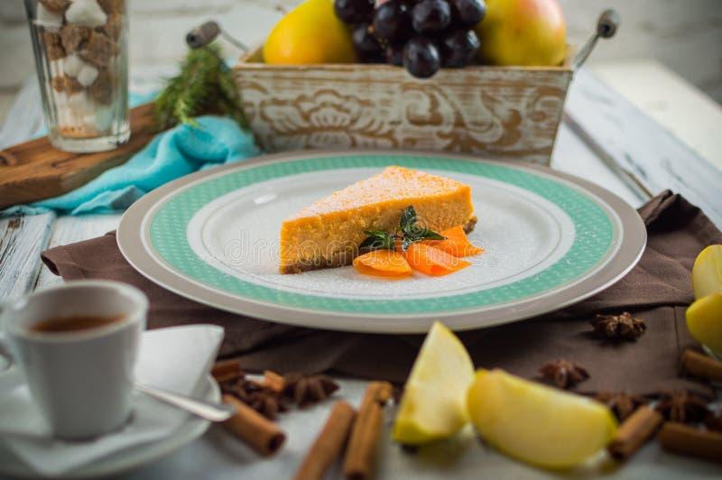 Pompoenkaastaart met karamelsaus royalty-vrije stock afbeelding