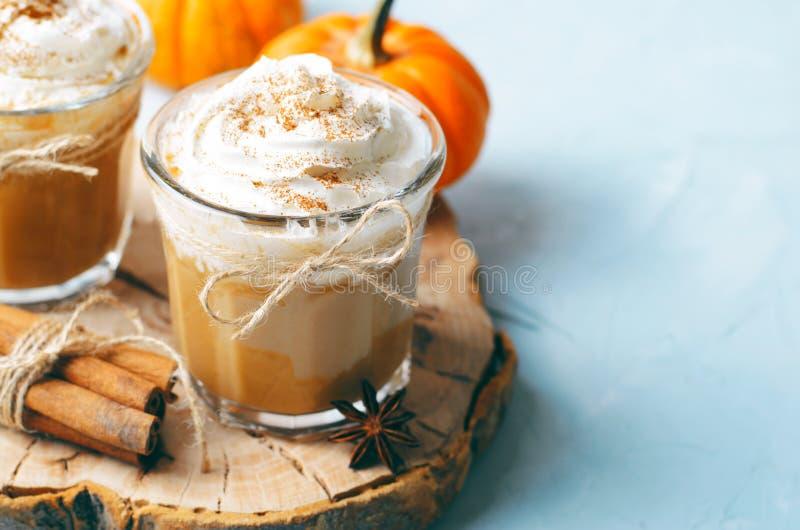 Pompoenkruid Latte, Koffie, Milkshake of Smoothie met Slagroom en Kaneel stock foto's