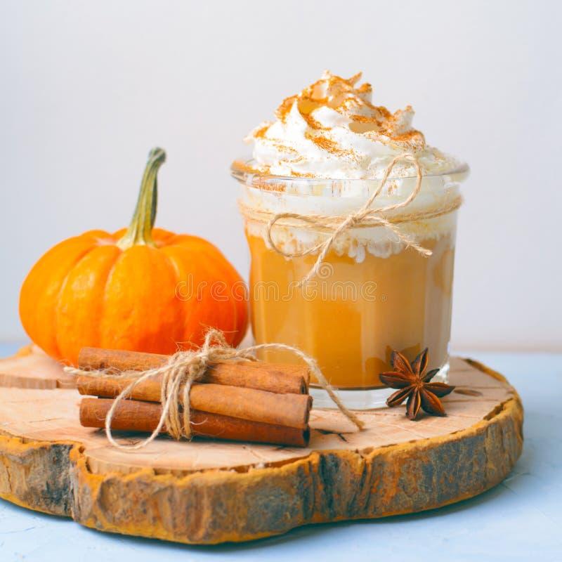 Pompoenkruid Latte, Koffie, Milkshake of Smoothie met Slagroom en Kaneel royalty-vrije stock foto