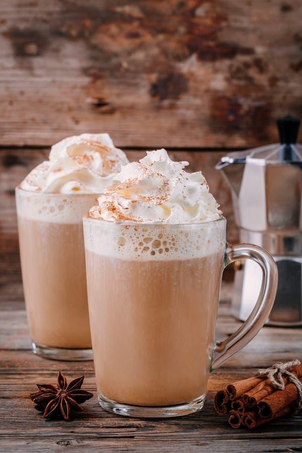 Pompoenkruid latte met slagroom en kaneel royalty-vrije stock afbeelding