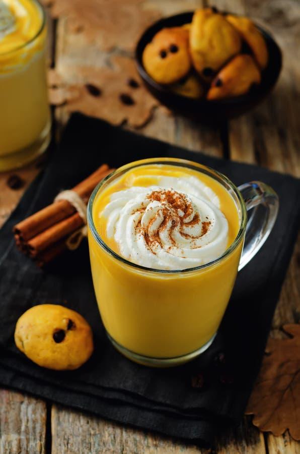 Pompoenkruid latte met slagroom en pompoenchocoladechi stock fotografie