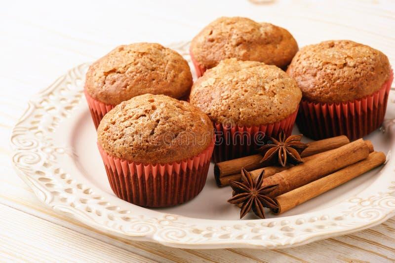Pompoenmuffins met appel, gember en kaneel stock afbeelding