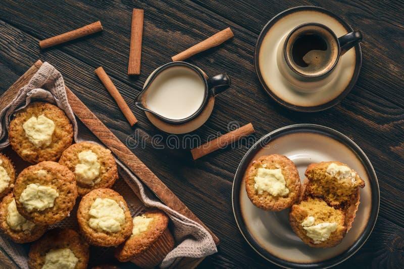 Pompoenmuffins met roomkaas het vullen stock afbeelding