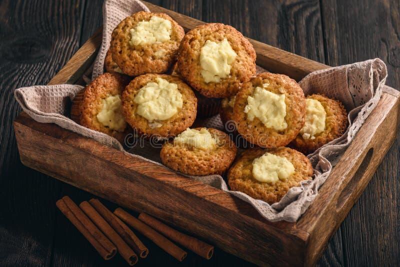 Pompoenmuffins met roomkaas het vullen stock foto