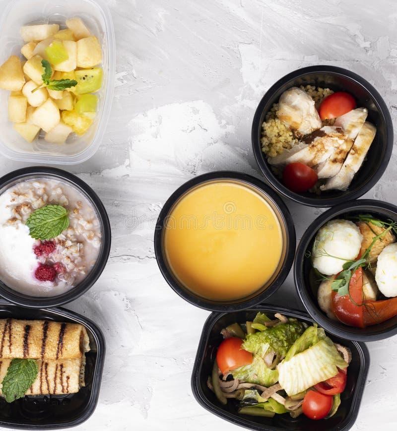 Pompoensoep, bazil en sla met gestoomd vegaetbles, juiste voeding stock foto