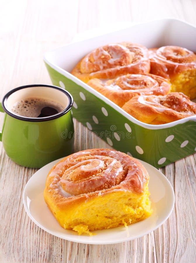 Pompoenstreusel het vullen broodje met suikerglazuur royalty-vrije stock afbeelding