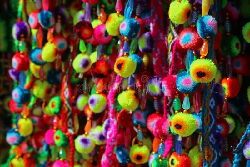 Pompom andino vívido da multi cor indicado na loja em uma vila de Bolívia imagens de stock royalty free
