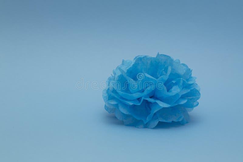 Pompon di carta blu per una decorazione su fondo blu Casa, nozze, decorazione del partito Fondo nello stile minimo immagini stock