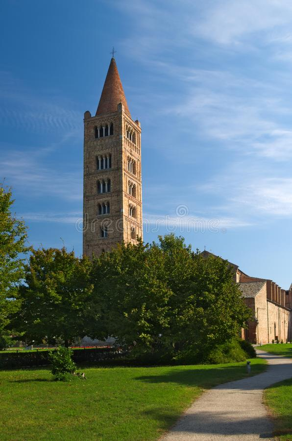 Pomposaabdij en klokketoren, benedictineklooster in Codigoro, Ferrara, Italië stock foto's