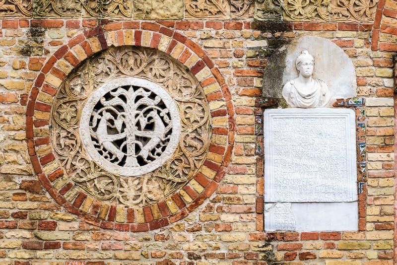 Pomposaabdij, Italië: sluit omhoog van voorgevel royalty-vrije stock fotografie
