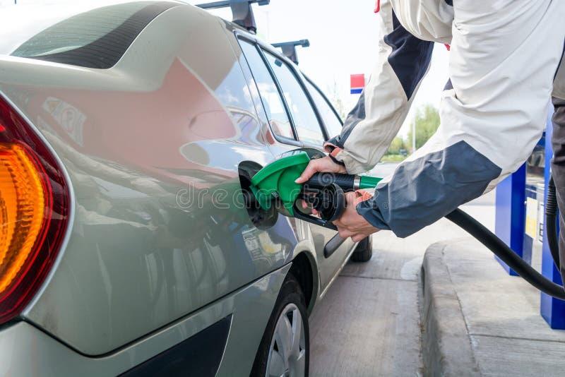 pompować gazu Ręka trzyma paliwowego nozzle zdjęcie stock