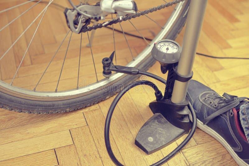 pompowanie opon rowerów Domowy utrzymanie rower Bicykl usługa i utrzymywać dla nowego sezonu fotografia royalty free