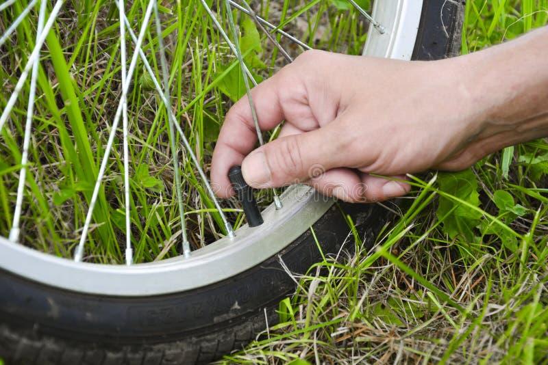 pompowanie opon rower?w Pompowa? powietrze w ko?o rower Domowy utrzymanie rower Bicykl us?uga i Utrzymywać dla zdjęcia royalty free
