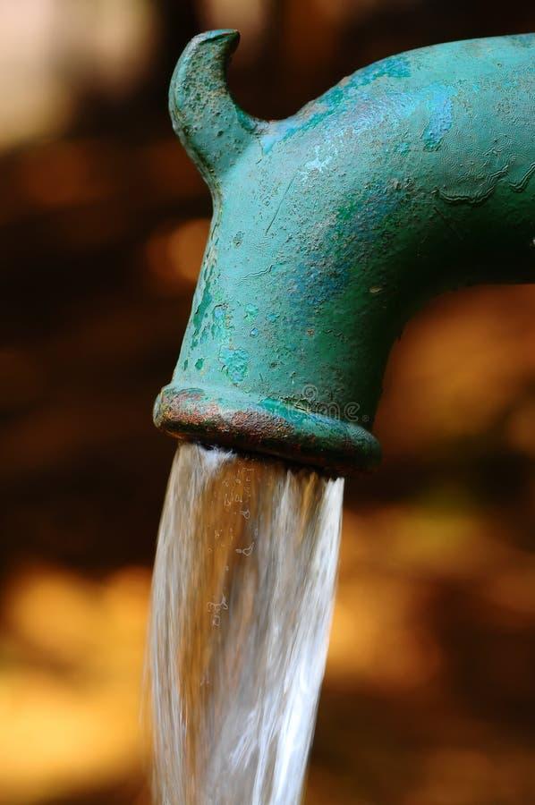 pompuje wodę zdjęcia stock