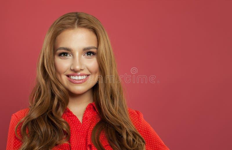 Pomyślna kobieta ono uśmiecha się na różowym tle Portret młoda piękna śliczna rozochocona wzorcowa dziewczyna z ślicznym uśmieche fotografia stock