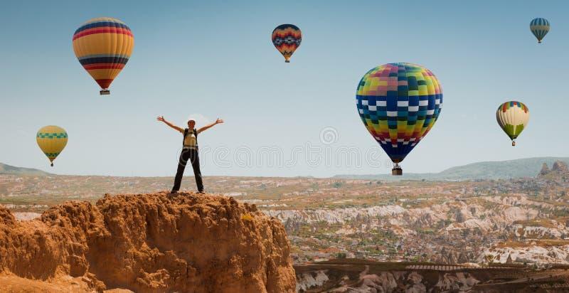 Pomyślna kobiety i gorącego powietrza balonu pojęcia motywacja, inspiracja obrazy royalty free
