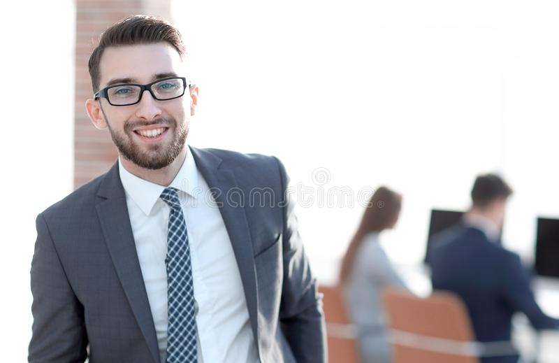 Pomyślny biznesmen na tle biuro zdjęcie stock