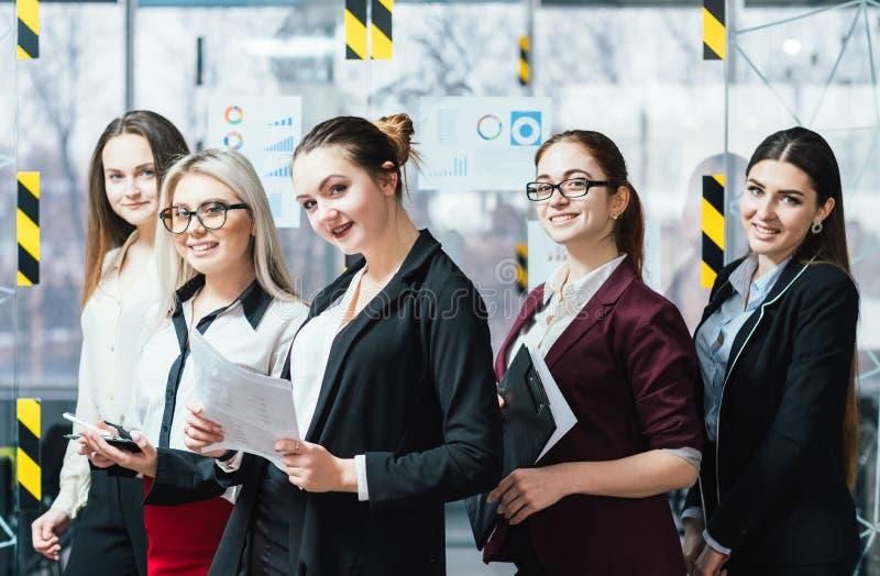 Pomyślny biznesowych kobiet zaufania workspace fotografia royalty free