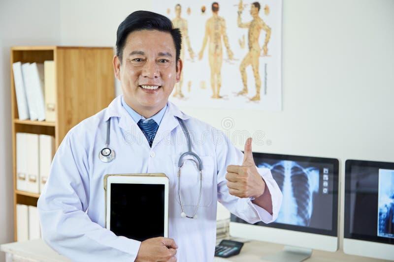 Pomyślny dorośleć lekarkę przy biurem zdjęcia royalty free