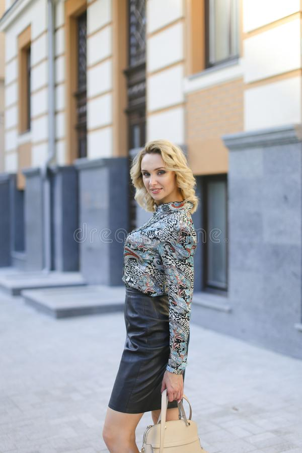 Pomyślna ładna kobieta stoi blisko bulding outdoors obraz royalty free