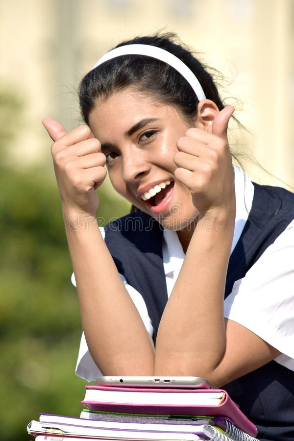 Pomyślna Śliczna Kolumbijska Studencka nastolatek szkoły dziewczyna Jest ubranym mundurek szkolnego obraz stock