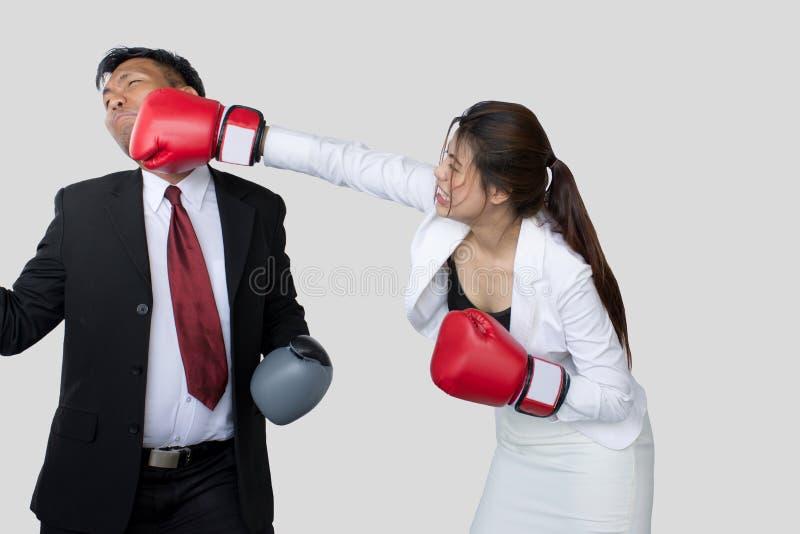 Pomyślna biznes drużyna, kostiumer lub klient w spotkaniu, bizneswomanie dyskutuje nad dokumentem z męskim kolegą/ zdjęcie royalty free