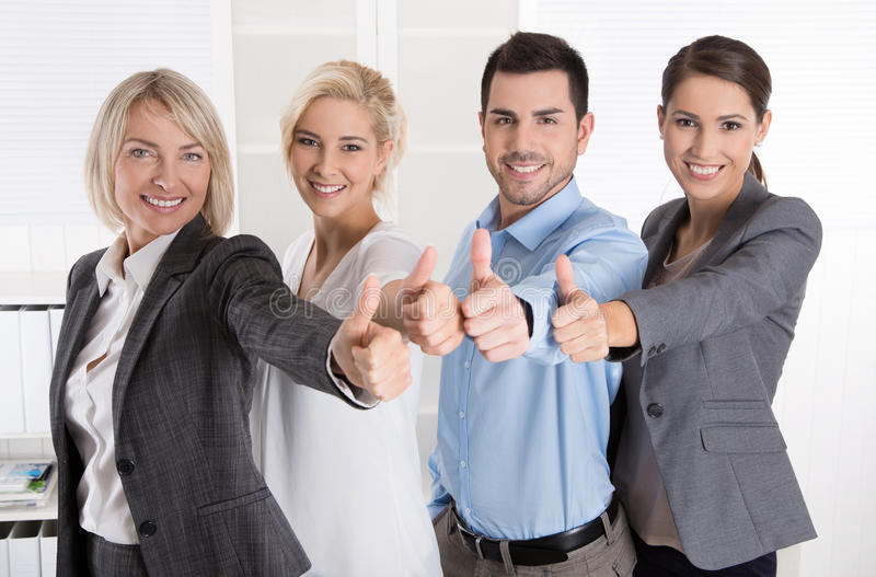 Pomyślna biznes drużyna w portrecie: więcej kobieta jako mężczyzna z Thu fotografia royalty free