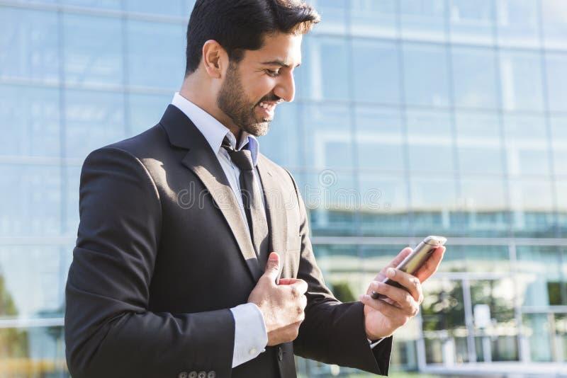 Pomyślna biznesmena lub pracownika pozycja w kostiumu z telefonem komórkowym obrazy royalty free