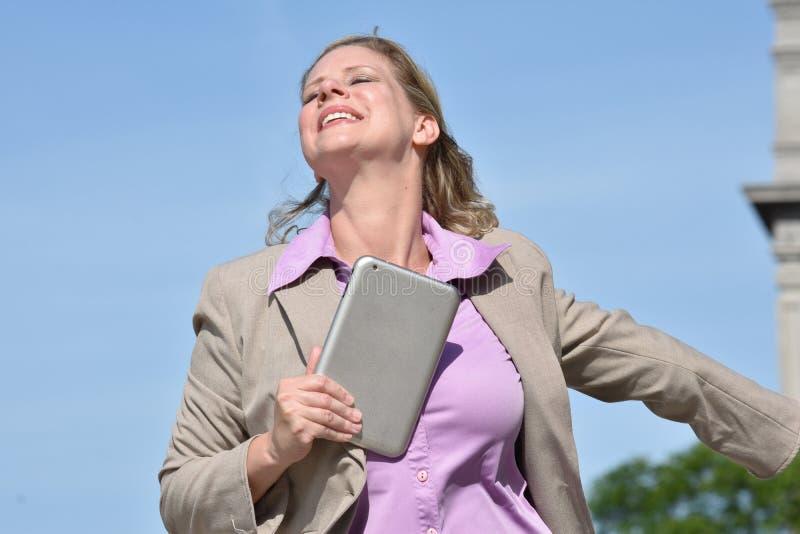Pomyślna Biznesowa kobieta Jest ubranym kostium Z pastylką obraz stock