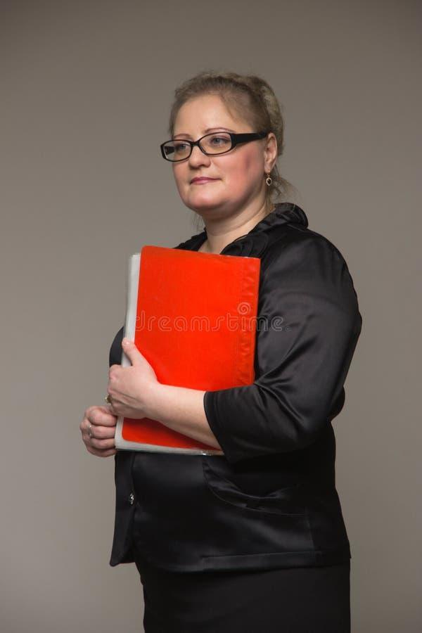 Download Pomyślna Biznesowa Kobieta No Jest Młoda W Kostiumu Z Papierami I Obraz Stock - Obraz złożonej z pióro, dorosły: 65226201