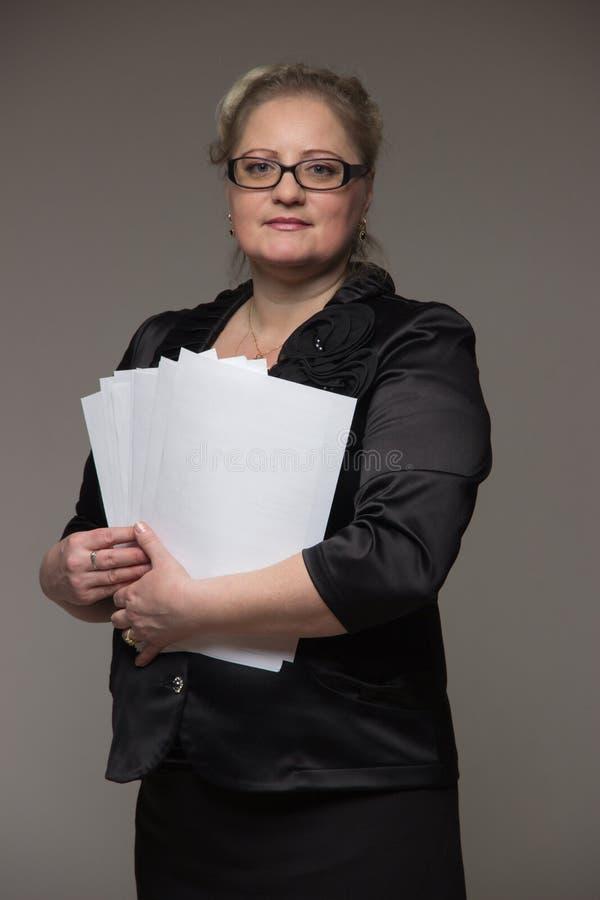 Download Pomyślna Biznesowa Kobieta No Jest Młoda W Kostiumu Z Papierami I Obraz Stock - Obraz złożonej z dokument, biznes: 65226391
