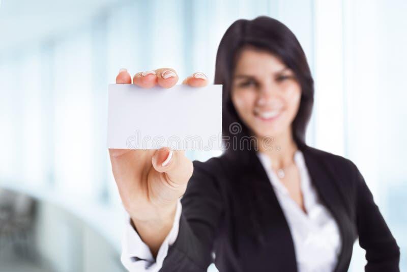 pomyślna biznesowa kobieta pokazuje wizytówkę obraz stock