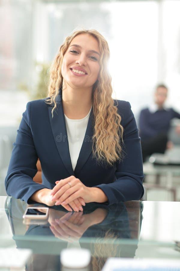 Pomyślna biznesowa kobieta z jej personelem w tle przy biurem obrazy royalty free