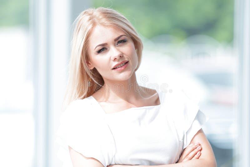 Pomyślna biznesowej kobiety pozycja w przestronnym lobby biuro zdjęcie stock