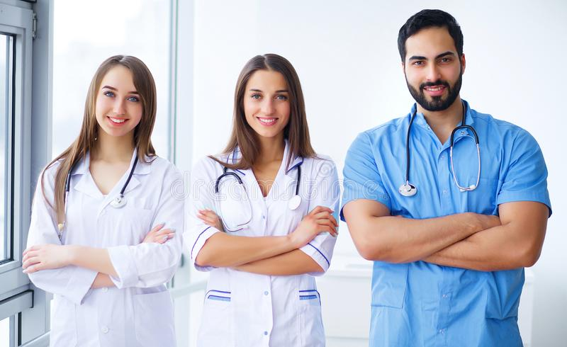 Pomyślna drużyna lekarzi medycyny jest przyglądającym kamerą i smi zdjęcia royalty free
