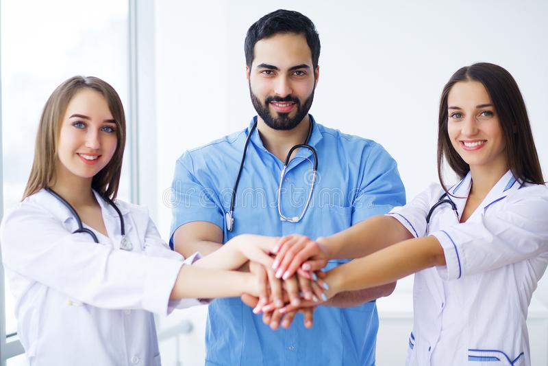 Pomyślna drużyna lekarzi medycyny jest przyglądającym kamerą i smi fotografia stock