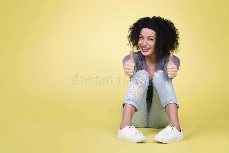 pomyślna kobieta z aprobatami zdjęcie royalty free