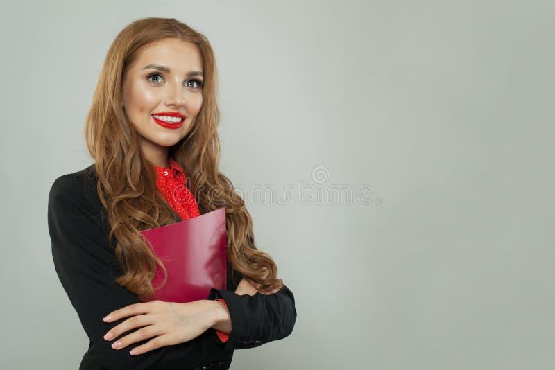 Pomyślna kobiety mienia czerwieni książka i ono uśmiecha się na białym tle Biznesu i edukaci poj?cie zdjęcie royalty free