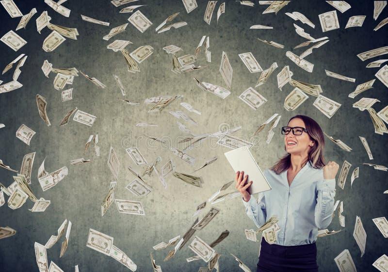 Pomyślna młoda kobieta używa pastylka komputerowego budynku online biznes obraz royalty free