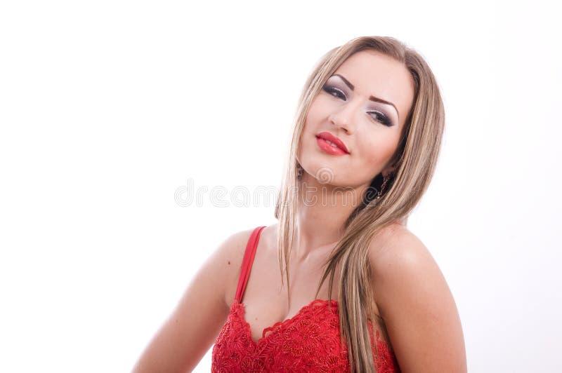 Pomyślna młoda piękna dama w czerwonej sukni obraz stock