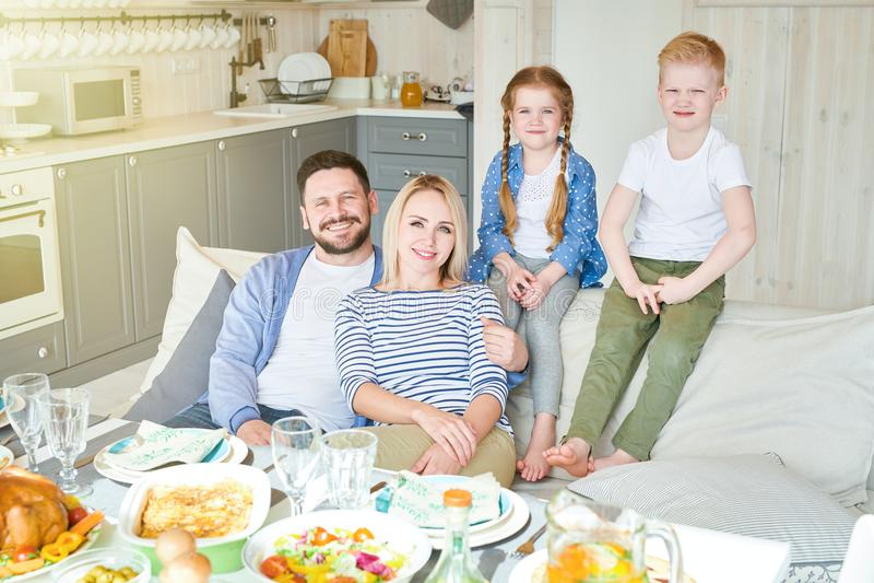 Pomyślna rodzina Pozuje w domu fotografia stock