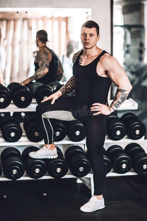 Pomyślna sprawność fizyczna trenera pozycja w gym fotografia royalty free