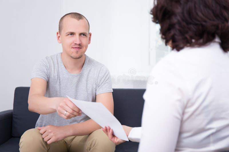 Pomyślna transakcja - biznesowy mężczyzna daje dokumentowi lub kontraktowi cześć obraz royalty free