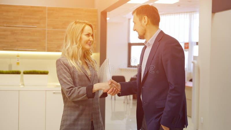 Pomyślna transakcja partnery biznesowi załatwia ręką obrazy royalty free