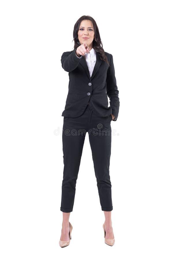 Pomyślna ufna szczęśliwa biznesowa kobieta wskazuje palec wybiera ciebie łączyć firmy obrazy royalty free