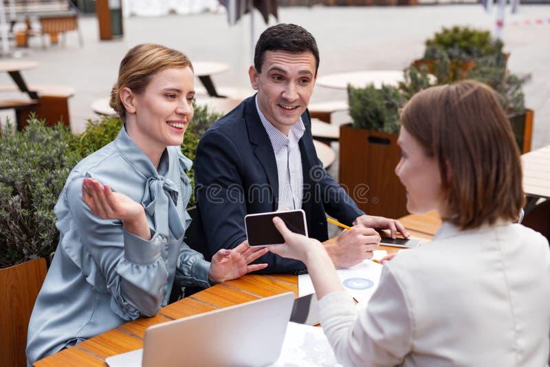 Pomyślna zamężna biznesowa para uczęszcza pięcioliniowego spotkania obraz stock